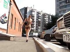 Парень снял большую и красивую попу девушки на улице