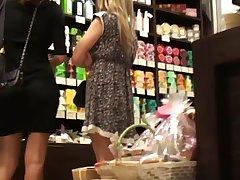 Парень снял красивую блондинку в магазине