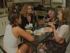 Мужик трахает дома двух очаровательных дам