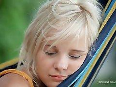 Нежная 18 летняя красавица страстно пихает пальчики в бритую мокрую письку в гамаке