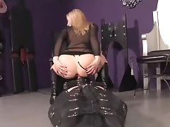 Послушный раб всегда готов прокатить сверху на члене светловолосую госпожу