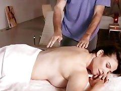 Похотливый массажист соблазняет красивую брюнетку
