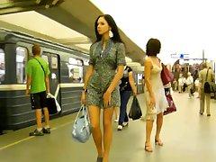 Стройная русская красавица гуляет по метро
